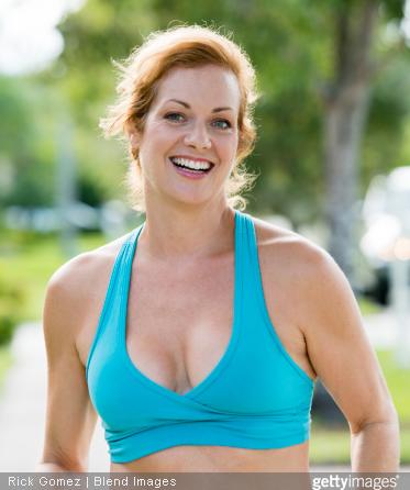 Certains exercices sportifs, faciles à faire, peuvent aider à retrouver une belle poitrine.