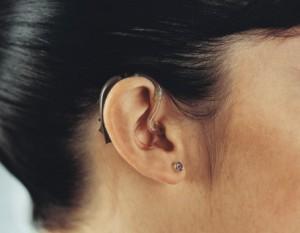 Gêne auditive : opter pour un appareil auditif invisible