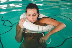 Femme dans une piscine avec une bouée