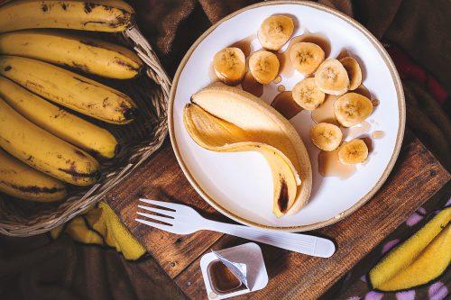 Assiette et corbeille de bananes